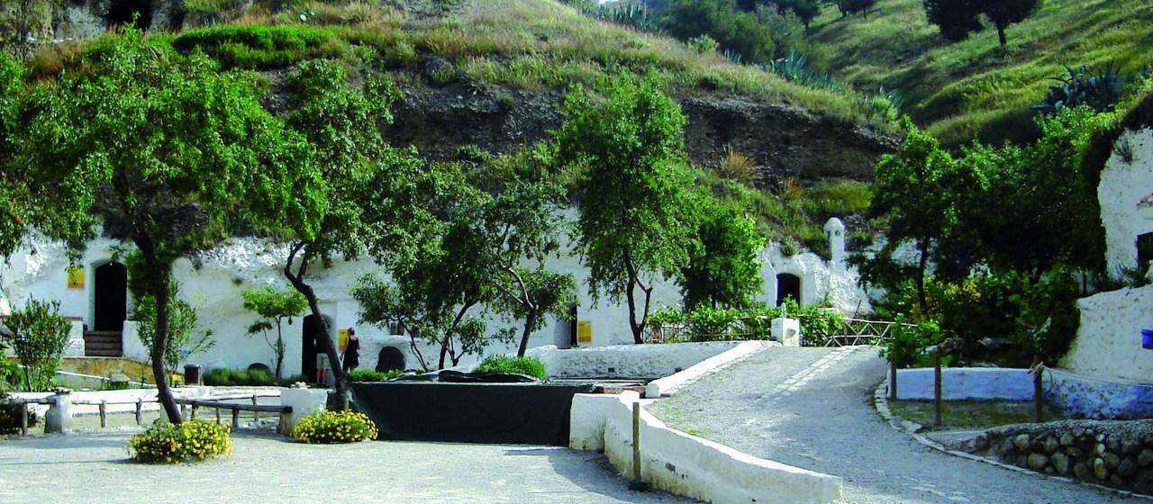 https://i1.wp.com/travelgranadatour.com/wp-content/uploads/2020/05/Cuevas-del-Sacromonte.jpg?resize=1280%2C560&ssl=1