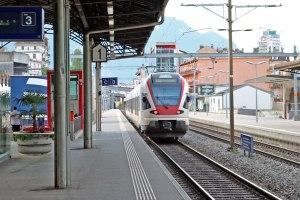 スイスのモントルー駅にて