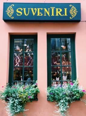 negozio di souvenir a Riga in Lettonia