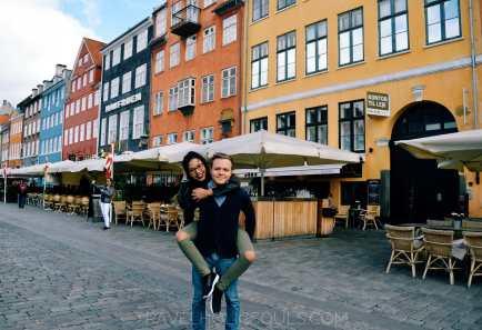 Coppia felice al Nyhavn di Copenaghen