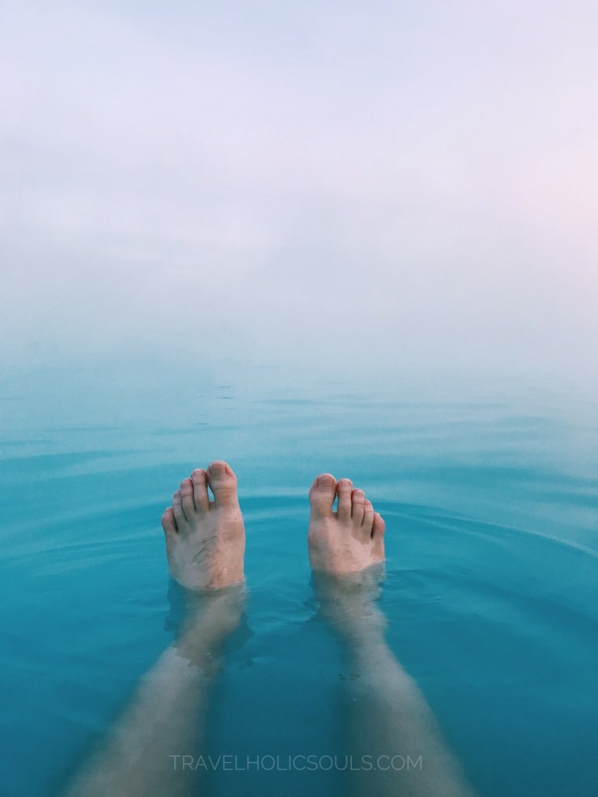 piedi a galla nella blue lagoon