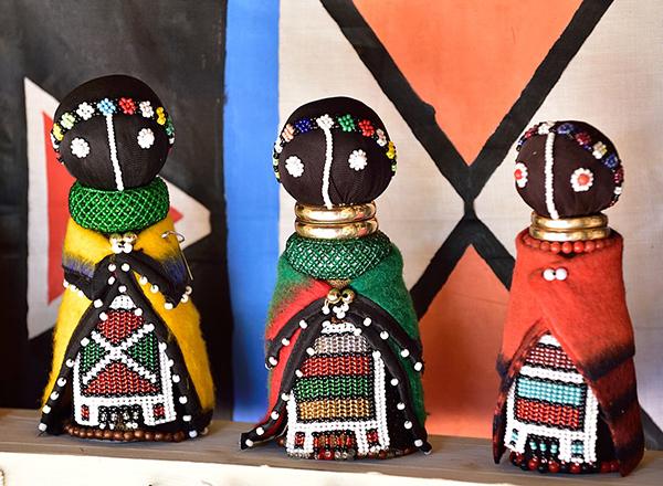בובות מסורתיות עשויות במלאכת יד מדרום אפריקה