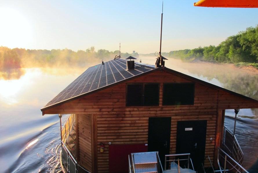 hôtel flottant sur l'eau au Bélarus Turov