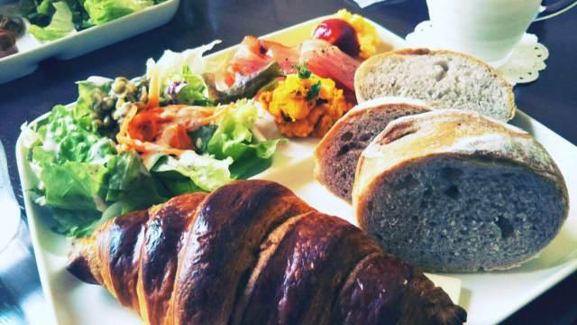 函館Cafe&Deliのマルセンブレックファスト!サラダ、パン、おかずに牛乳