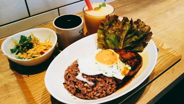 盛岡にあるSlow Cafe(スロウカフェ)のロコモコセット!