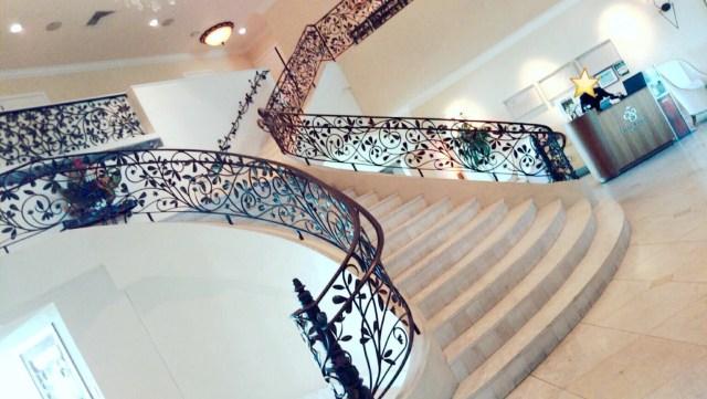 ザ・テラスバイ・ザ・シーの大階段