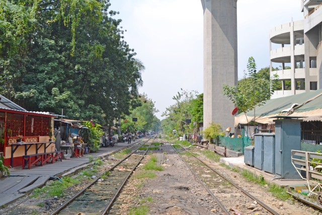 overpass train tracks Bangkok @travelingintandem