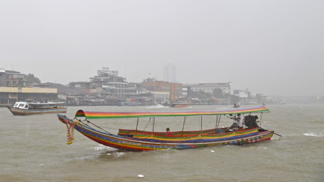 Rainy day Chaya Phraya River Bangkok @travelingintandem