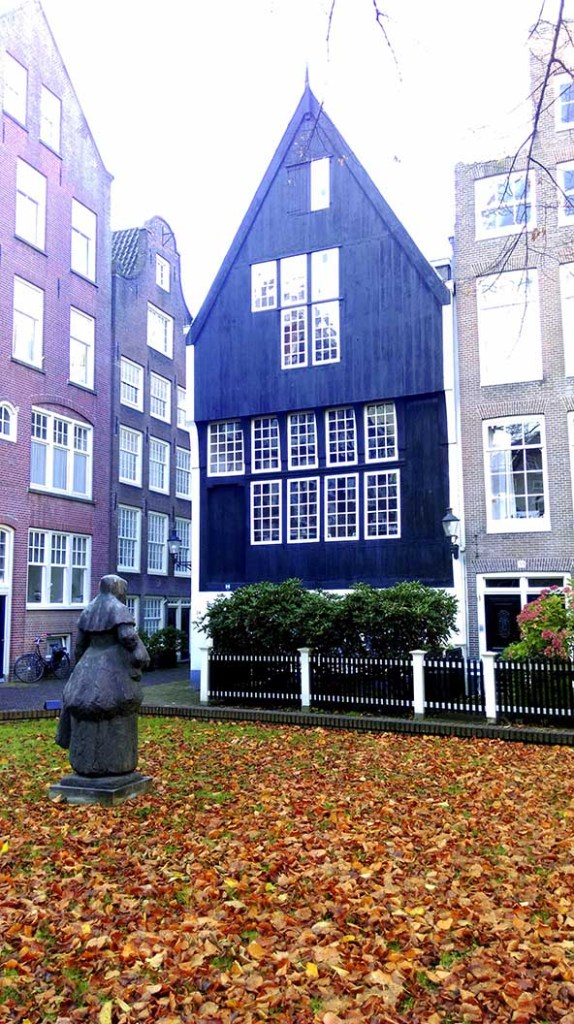 Autumn Colour at No.34 the Begijnhof in Amsterdam; from a travel blog by www.traveljunkiegirl.com