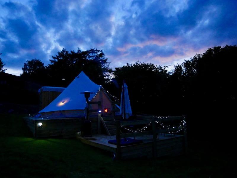 صورة الخيمة في المساء