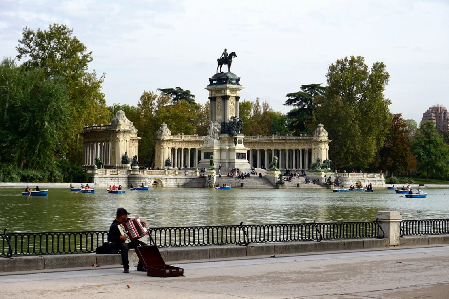 A busker plays at the monument to Alfonso XII
