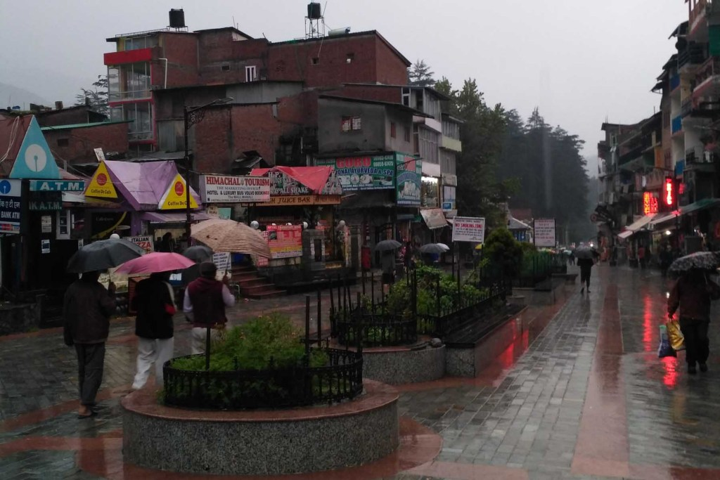 manali-mall-road-rainy-day-traveller-priyo