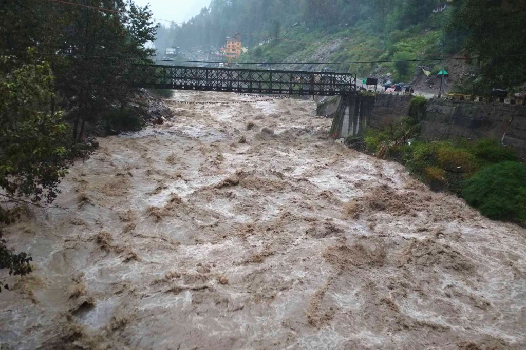 beas-river-in-manali-flood-2018-traveller-priyo