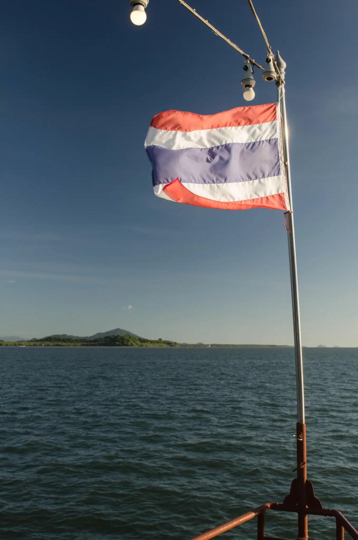 Vlag van Thailand op het schip in de Andaman Zee