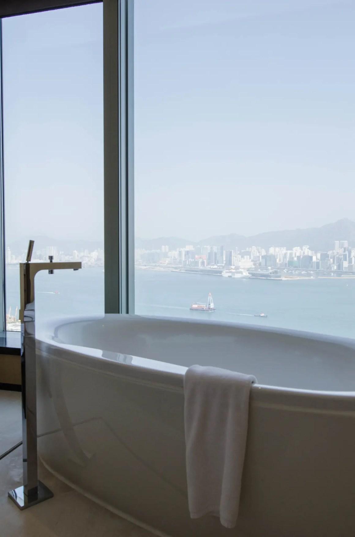 Badkuip met uitzicht in het EAST Hotel Hong Kong