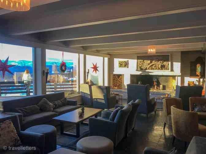 Hyggelig lobby området med peis og stor terrasse