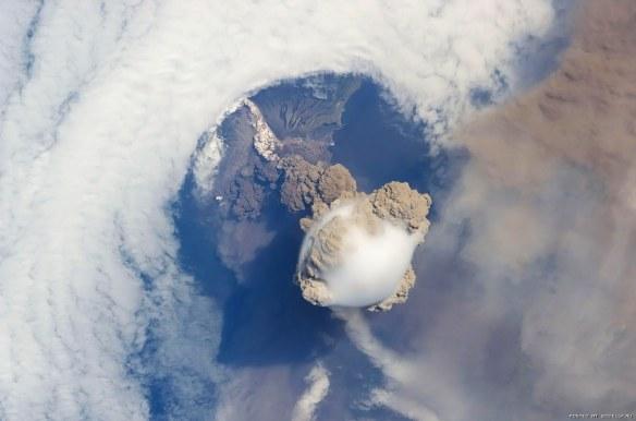 Сарычев вулкан извержение фото