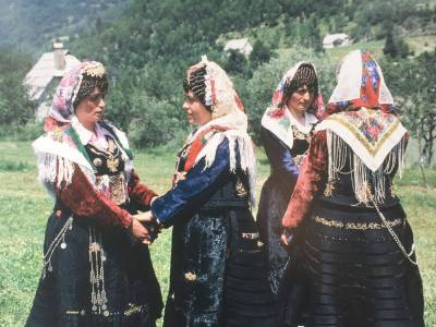 4 vrouwen in xhubleta albanie