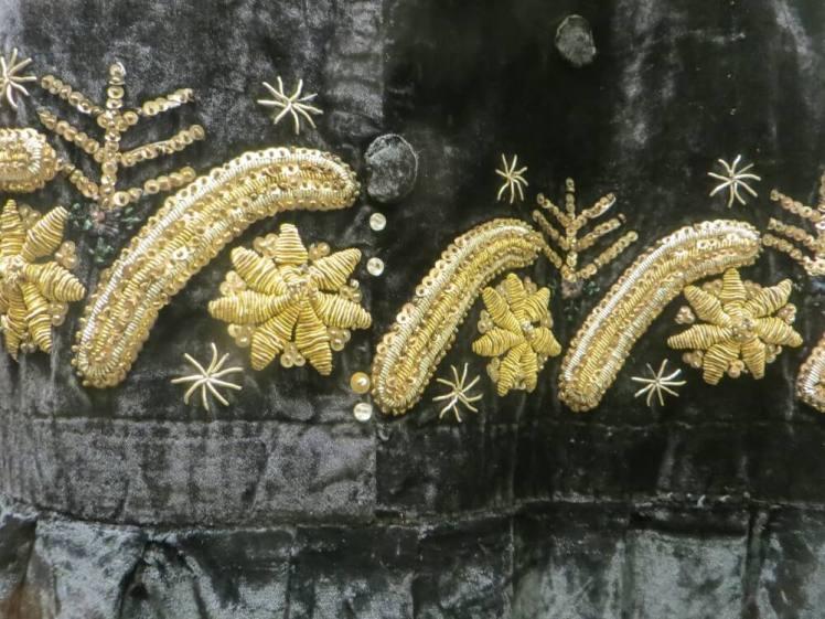 Borduur motieven van de xhubleta goud op zwart stof.
