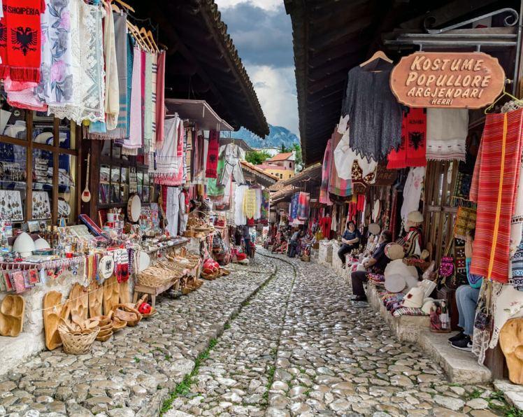 bazaar in Kruja Albanie stenen straat kleurrijk