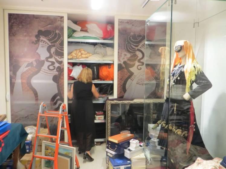 Het magazijn van de xhubleta collector Luljeta Dano.