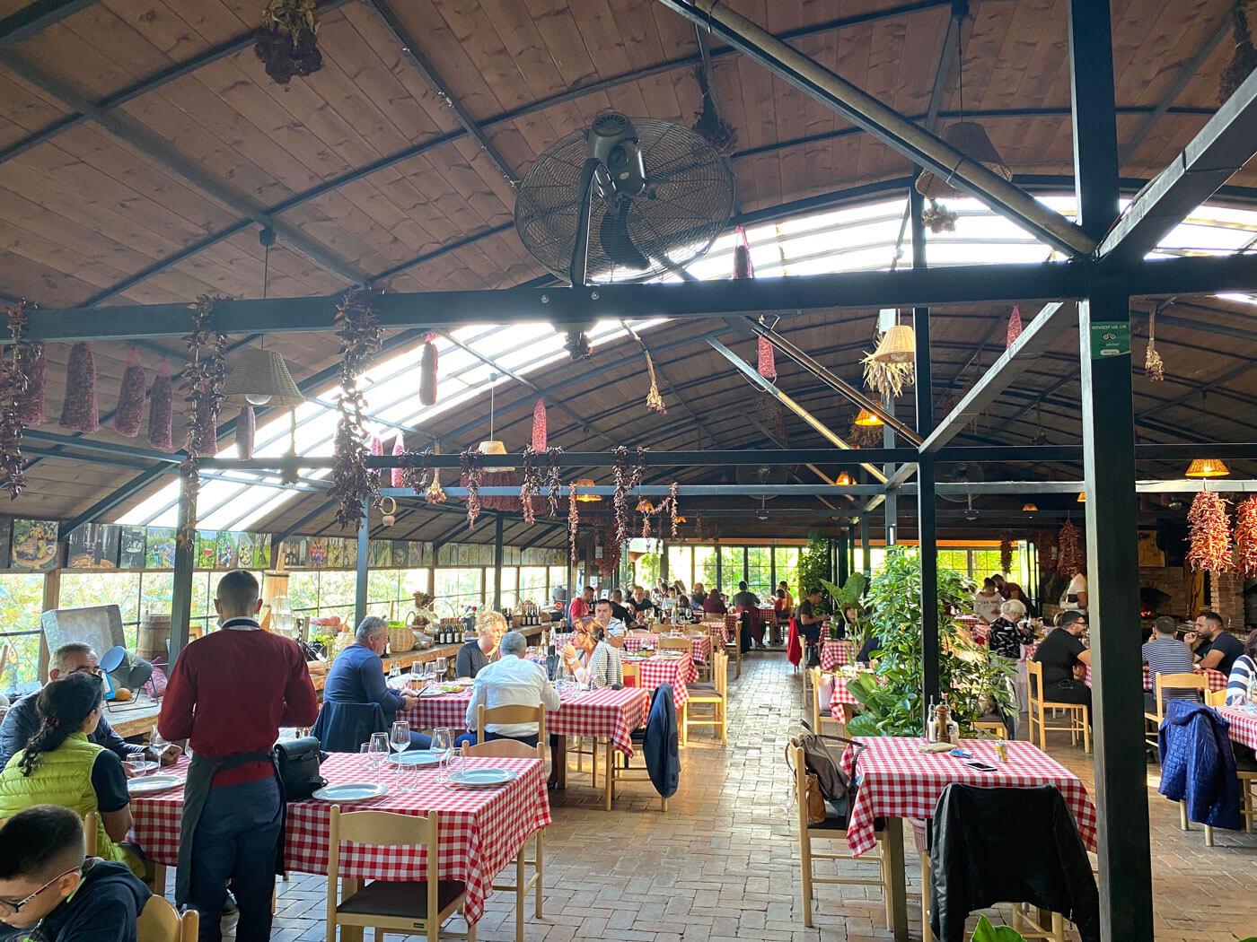 Uka farm restaurant Tirana Albanie