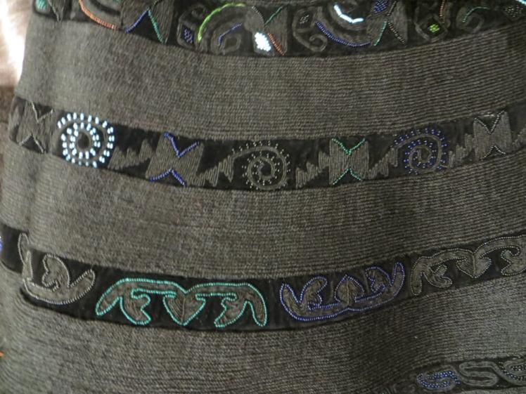 Details van borduurmotieven van de ceintuur.