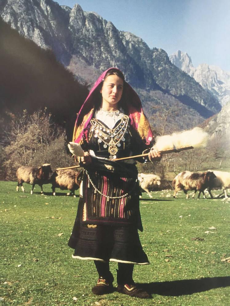 vrouw in xhubleta, bergen, schapen