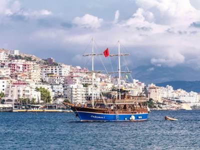 Saranda stad de zee en een boot