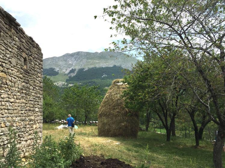Porja-boerenerf-met-bijenkasten-en-hooiberg-albanie