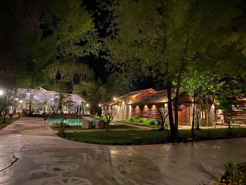 exterieuer-jachthotel-feestzal-en-zwembad