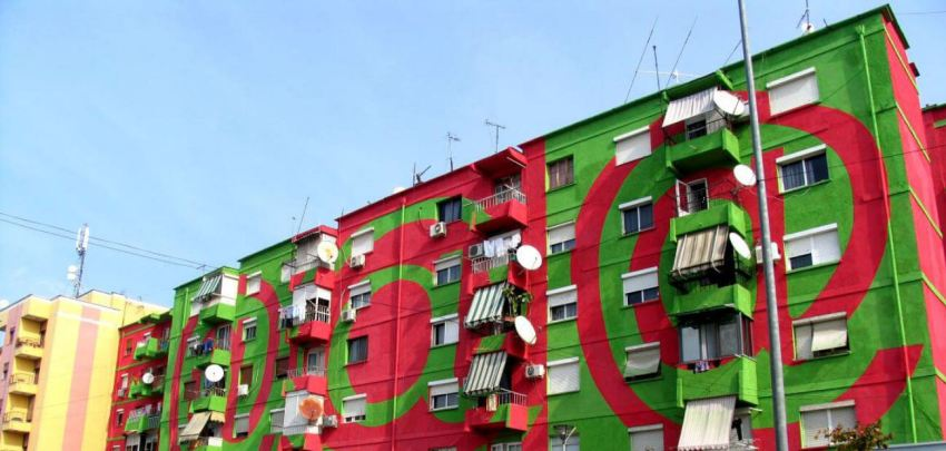 De andere flatgebouw bij de Bardhyl straat.