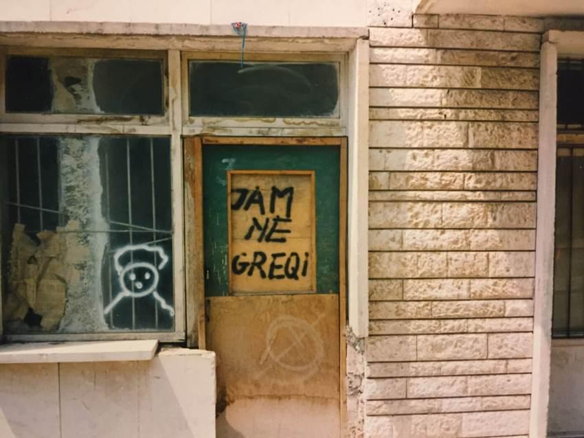 1994-Saranda-Winkeltekst-Ben-in-Griekenland. Foto: Gerda Mulder