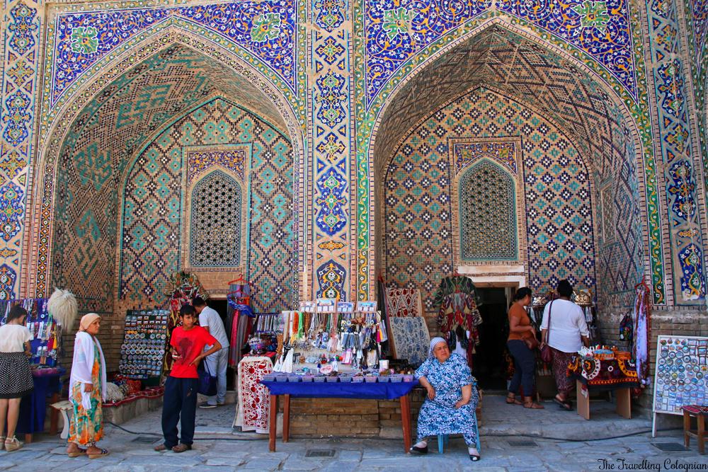 Die Juwelen von Samarkand - der Registan - Händler im Innenhof der Sherdor Medrese