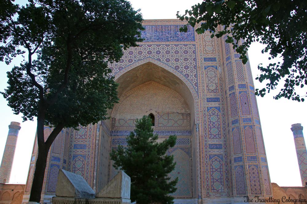 Die Juwelen von Samarkand - die Bibi Chanum Moschee - das Eingangsportal mit dem Koranständer davor