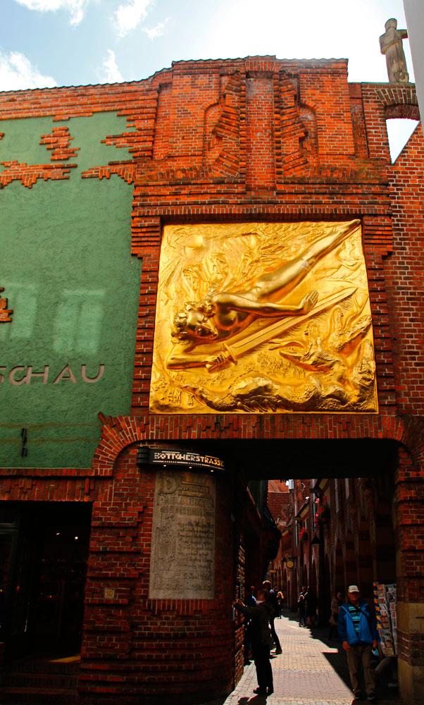 Der Lichtbringer ist ein vergoldetes Bronzerelief, der über dem Zugang zur Böttcherstraße in Bremen hängt.