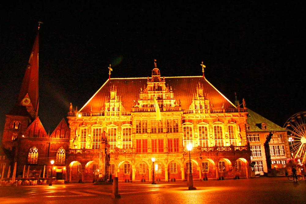 Das beleuchtete Rathaus ist eine besondere Attraktion in Bremen bei Nacht