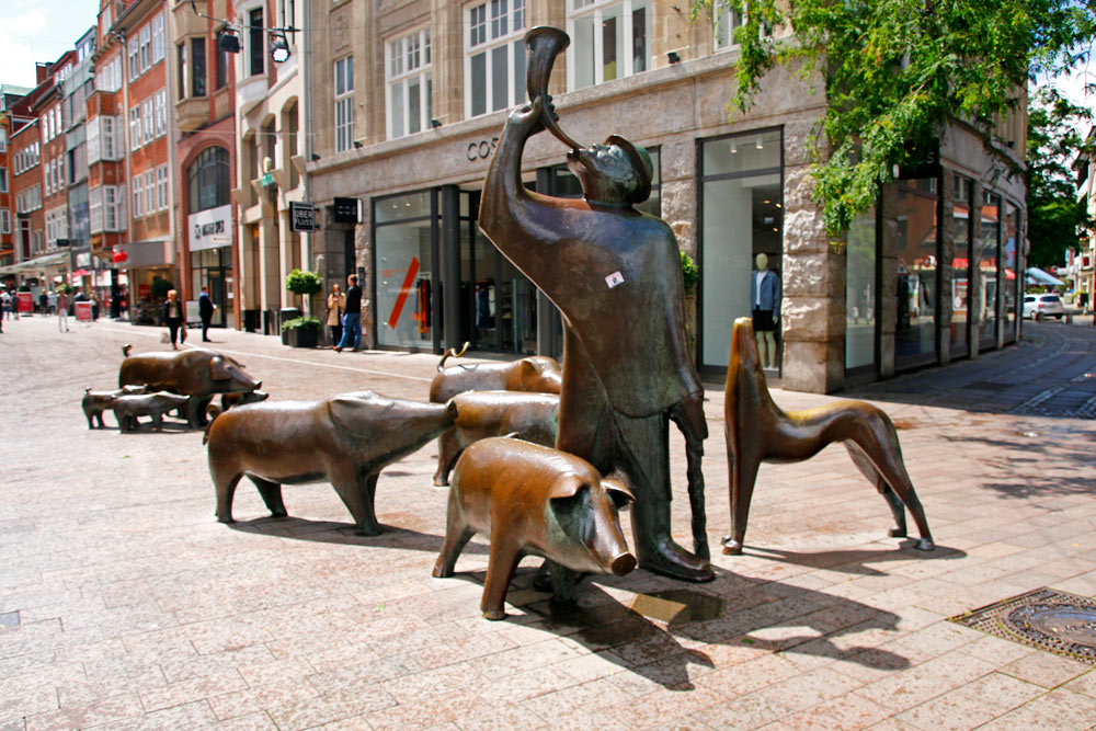 Der Schweinehirte und seine Herde sind mehrere Bronzeskulpturen in der Sögestraße in Bremen