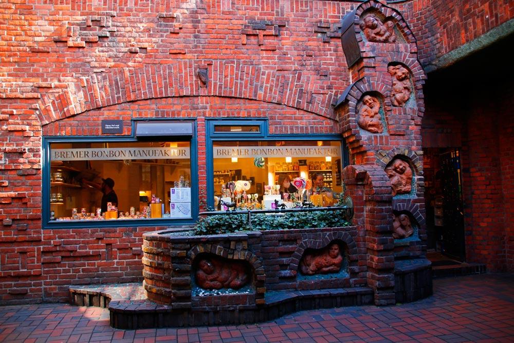 Der Sieben-Faulen-Brunnen befindet sich im Handwerkerhof der Böttcherstraße in Bremen