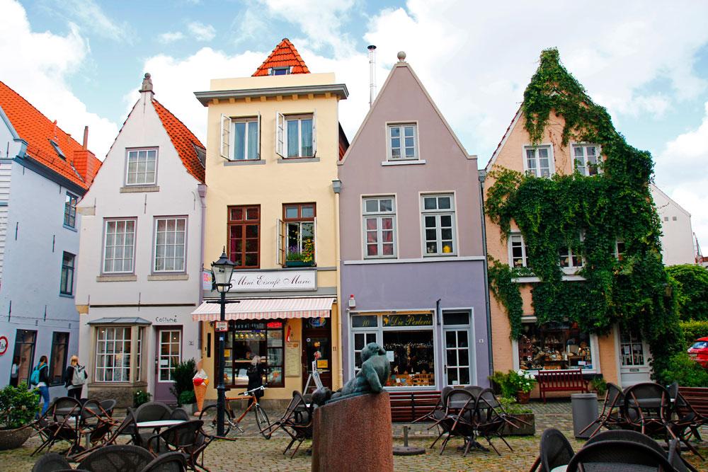 Der Badestubenbrunnen steht im Zentrum der Straße Stavendamm im Schnoorviertel in Bremen