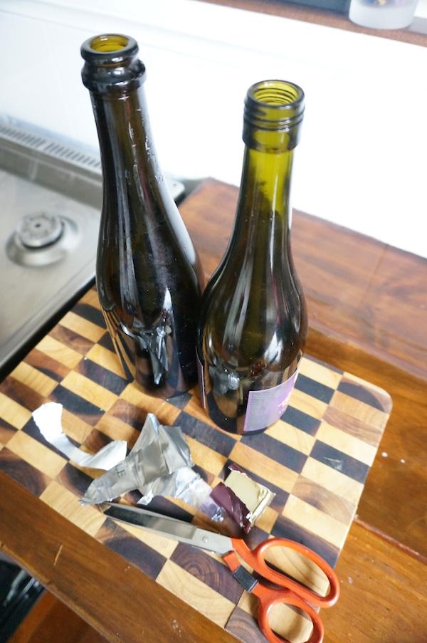 Removing aluminium foil from wine bottle