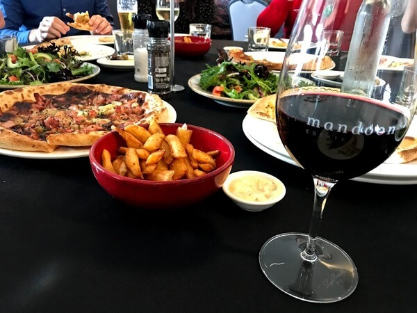 pizza-chips-and-salad-lunch-at-mandoon-estate