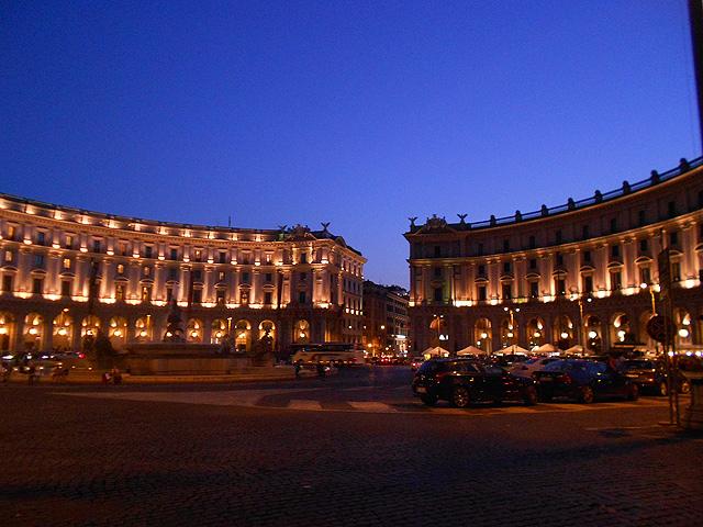 Piazza-de-la-Reppublica-de-noche
