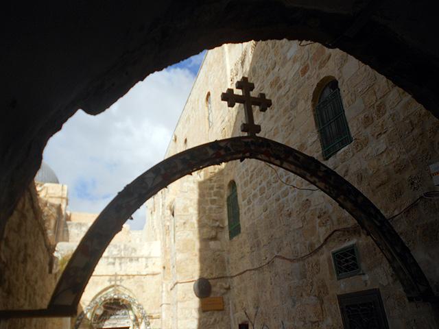 Estación 9 Vía Dolorosa con entrada al Patriarcado Copto Ortodoxo al fondo