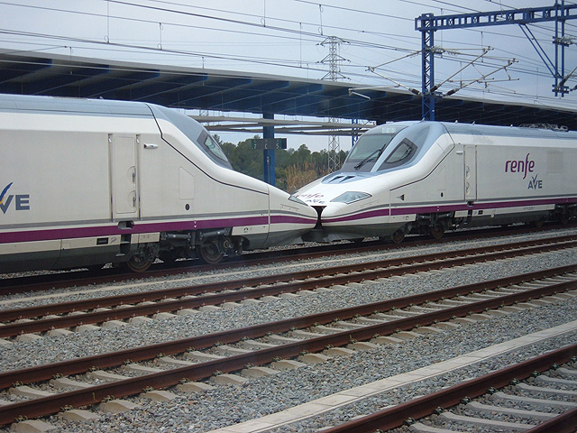 Trenes AVE en estación de Lleida