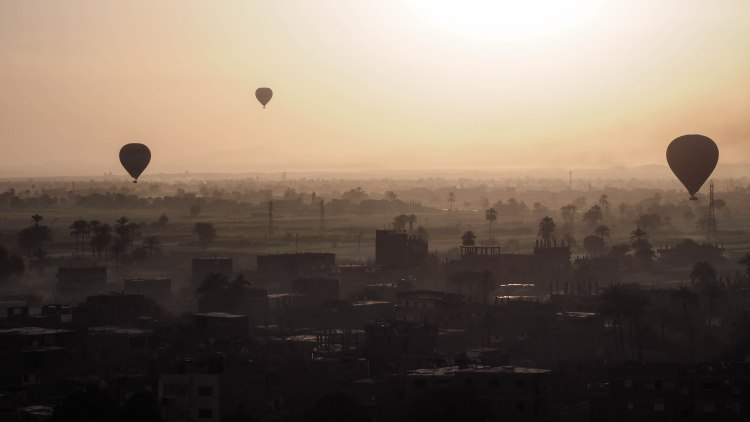 luxor-egypt-travel-blog-solo-budget-backpacking-hot-air-balloon-sunrise-valley-of-the-kings