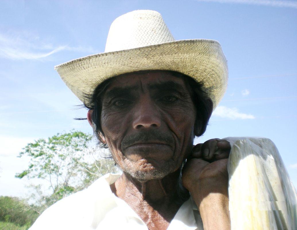 Mex - 08 660 - Old Mayan Man Selling Corn
