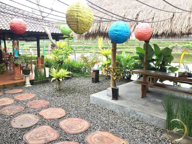 Warung Makan Joglo Tempat Makan Halal di Tampak Siring Bali