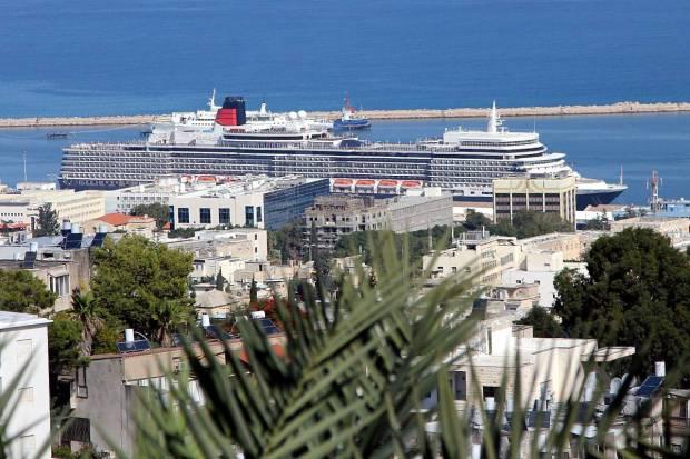 Cruise Ship Queen Elizabeth Drops Anchor in Israel