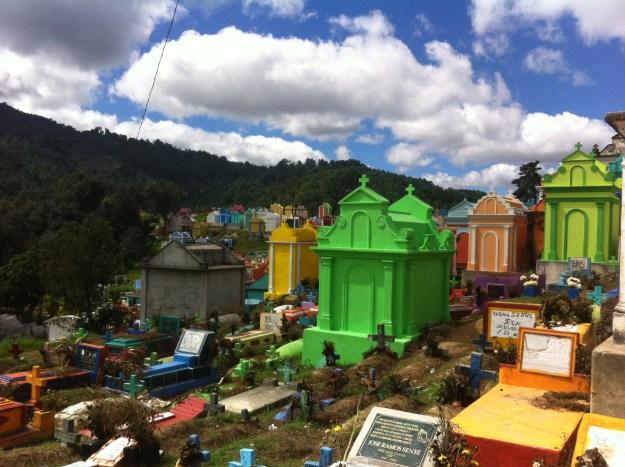 Der Friedhof von Chichicastenango. Hier ist alles bunt und wirkt sehr fröhlich. Zwei Eisverkäufer schieben ihre Wagen mit klingelnden Glöckchen zwischen den Gräbern und Gruften umher.